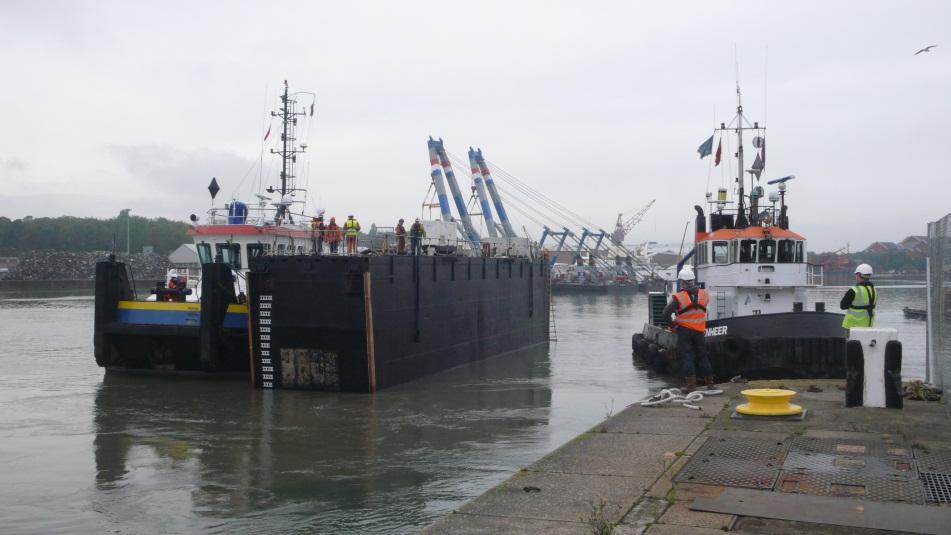 Chatham docks caisson lock gates beckett rankine for Caisson maritime